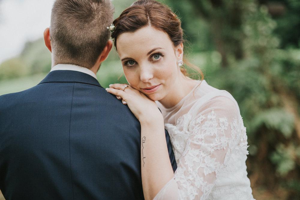 Braut mit Tattoo am Handgelenk - Hochzeit im Hochzeit im Landhotel Voshövel in Schermbeck