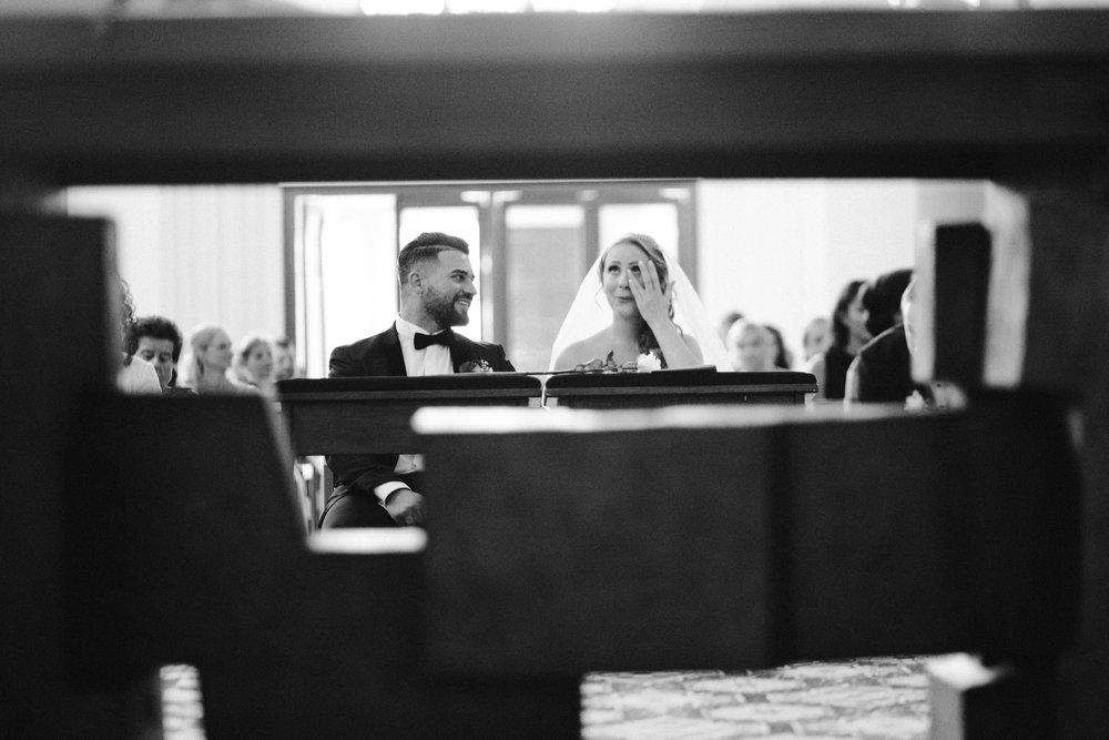 Emotionale Momentaufnahme vom Brautpaar bei ihrer katholischen Trauung in Wuppertal