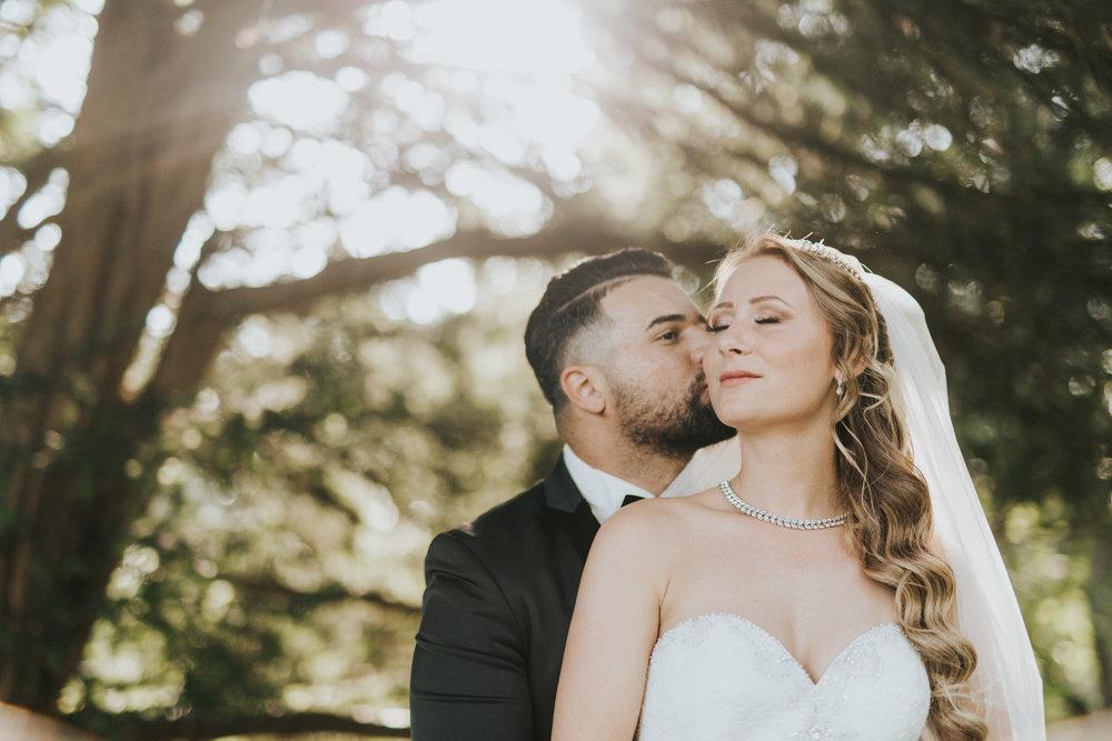 Hochzeitfotografin beim romantischen Brautpaarshooting im botanischen Garten in Wuppertal