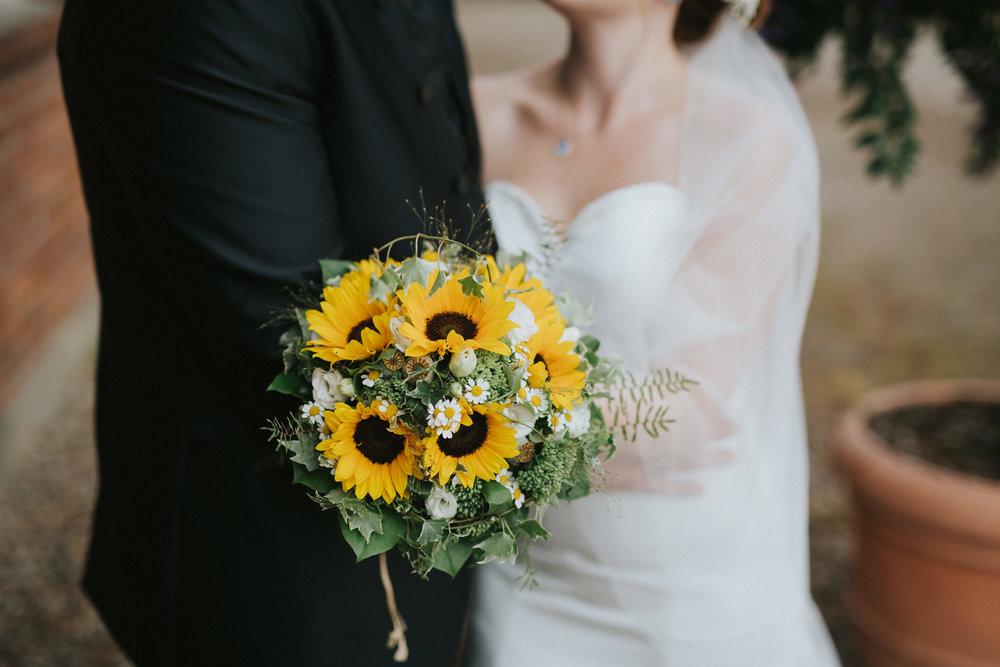 Brautstrauß aus Sonnenblumen - Detailbild Hochzeitsreportage
