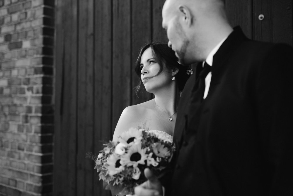Schwarz-weißes, verträumtes Bild vom Brautpaar auf Gut Basthorst