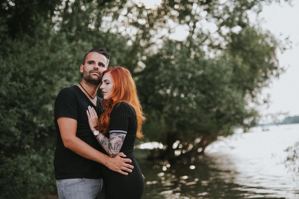 Darya Gulyamova Fotografie mit Lisa & Patrick - Ein Sinnliches Paarshooting am Strand von Rodenkirchen