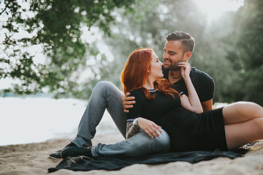 Lisa & Patrick - ein sinnliches Paarshooting am Rheinstrand von Köln - Darya Gulyamova Fotografie