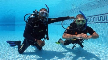 Confined Water Training Takes Place in a Pool to give you an easy introduction to scuba divng
