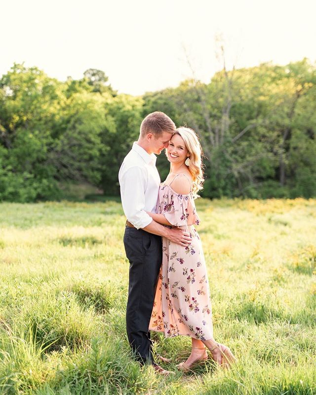 Swoon. 💕 Forever one of my favorite engagement sessions. It was so effortless and easy, because they followed every one of the tips that I'm sharing in a freebie on my new website: How to Nail Your Engagement Session. 💍 ⠀⠀⠀⠀⠀⠀⠀⠀⠀ Also, this lush green has me googley-eyed!🤤