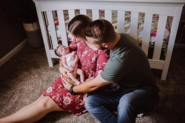 Here's a sneak peek of this adorable In-Home Newborn + Lifestyle session! I cannot wait to finish editing these photos and share them with this sweet baby's family. 😍😍😍 So many precious newborn babies are all over my facebook feed and I just had to do this session. Who else needs one of these sessions?? 🙋‍♀️🙋‍♀️🙋‍♀️