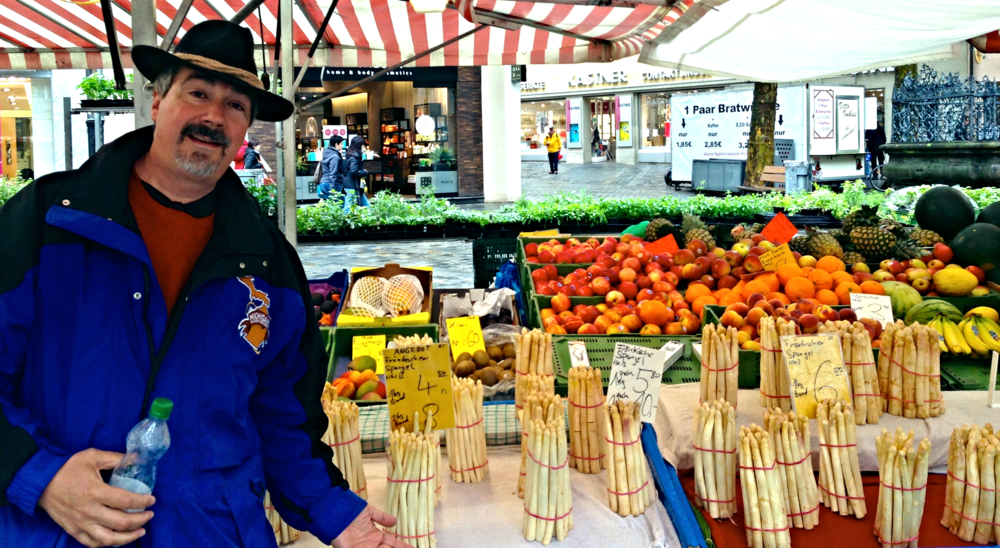 Stu and the seasonal spargel (white asparagus) at the market.