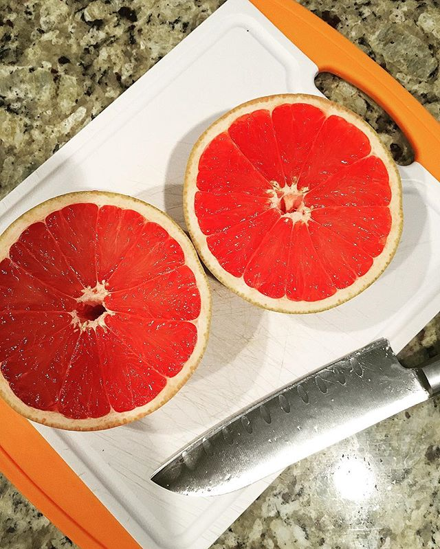 Grapefruit. Such an amazing fruit to have at hand in your house. So simple to cut and eat and SO good for you. I buy a bag at Costco and they last so much longer unlike berries or apples. It's a great afternoon snack! What's your favorite go to fruit? 🤔💃🏻😍