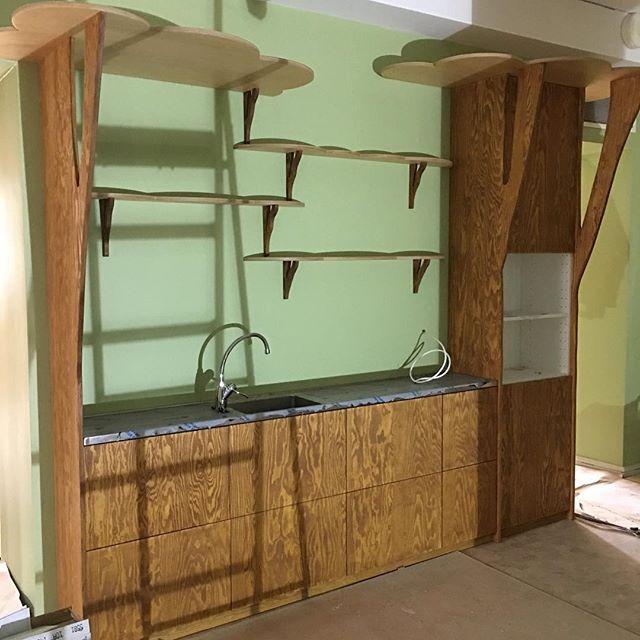 Nu är köket till bokskogens picnic-glänta snart på plats. #lillaslottet #malmöstadsbibliotek
