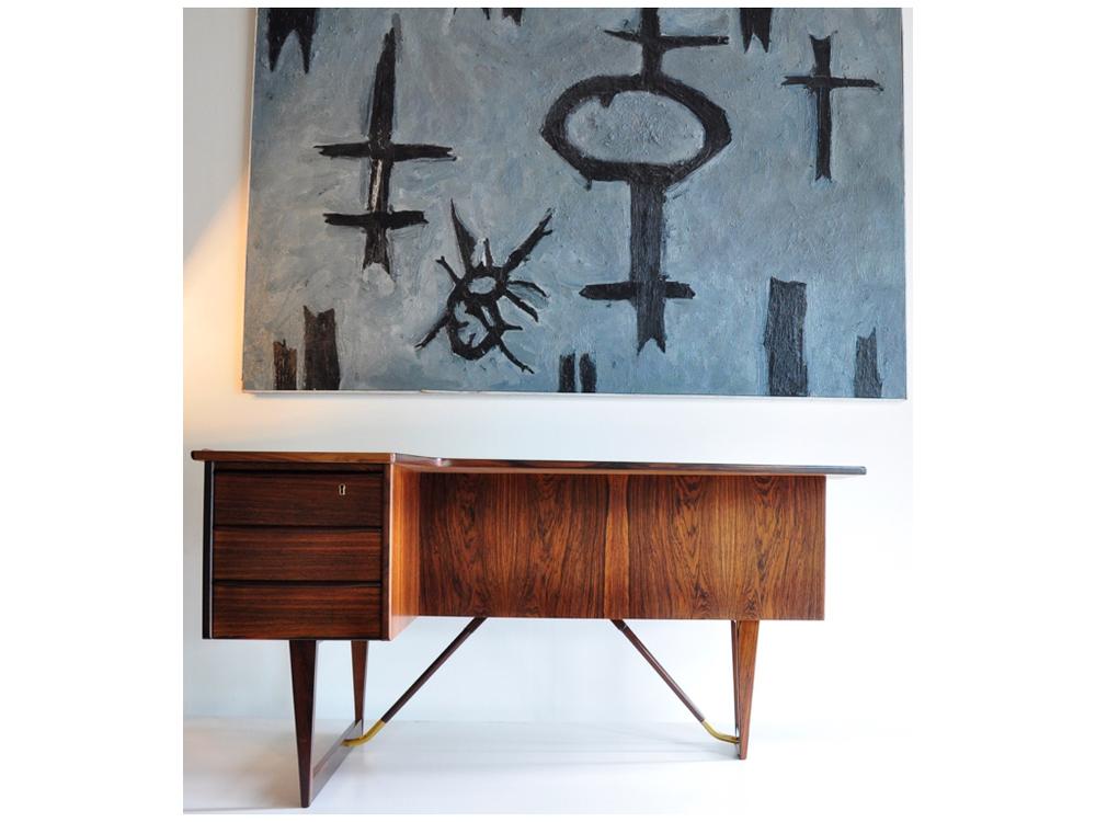 Rio Pallisander bureau, ontwerp van Peter Løvig Nielsen 1956 voor Hedensted Møbelfabrik helemaal op zijn fifties mét een drankenkabinet.