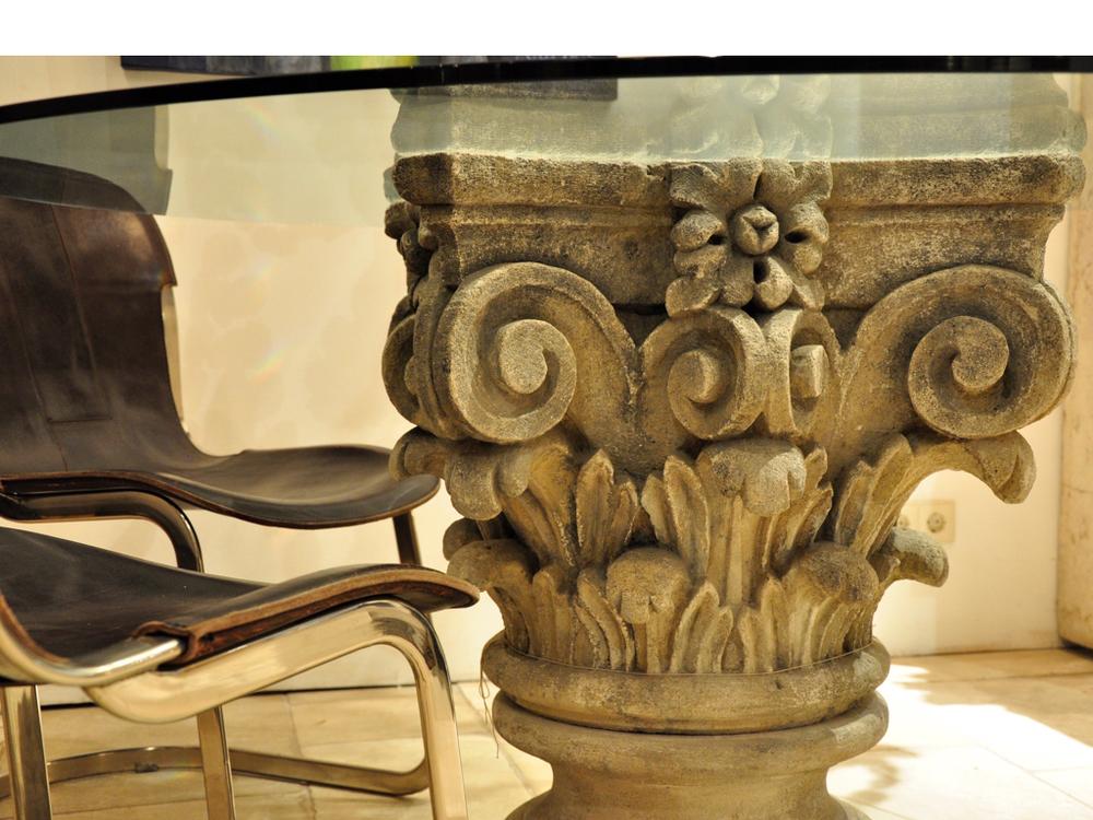 Tafel met poot van Frans kalkstenen korintisch kapiteel met glazen blad. Design stoelen met tuigleer en chromen poten ontworpen door WIlly Rizzo voor Cidue.