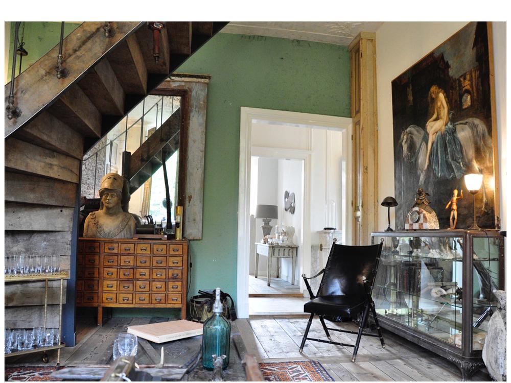 Antieke Terracotta buste. Schilderij van Lady Godiva van Engelse schilder Morlock. Vitrine van brons en messing op klauwpoot. Stoeltje uit de jaren 40, Maison Jansen. Deze locatie wordt ook verhuurd.