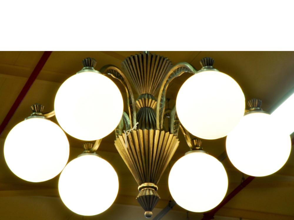 Hanglamp Art Deco-stijl, met 6 opaline bollen. Richtprijs € 100, - —€150,-