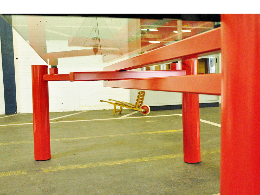 Tafel van rood gelakt metaal,ontwerp van Christophe Gevers, België2001.