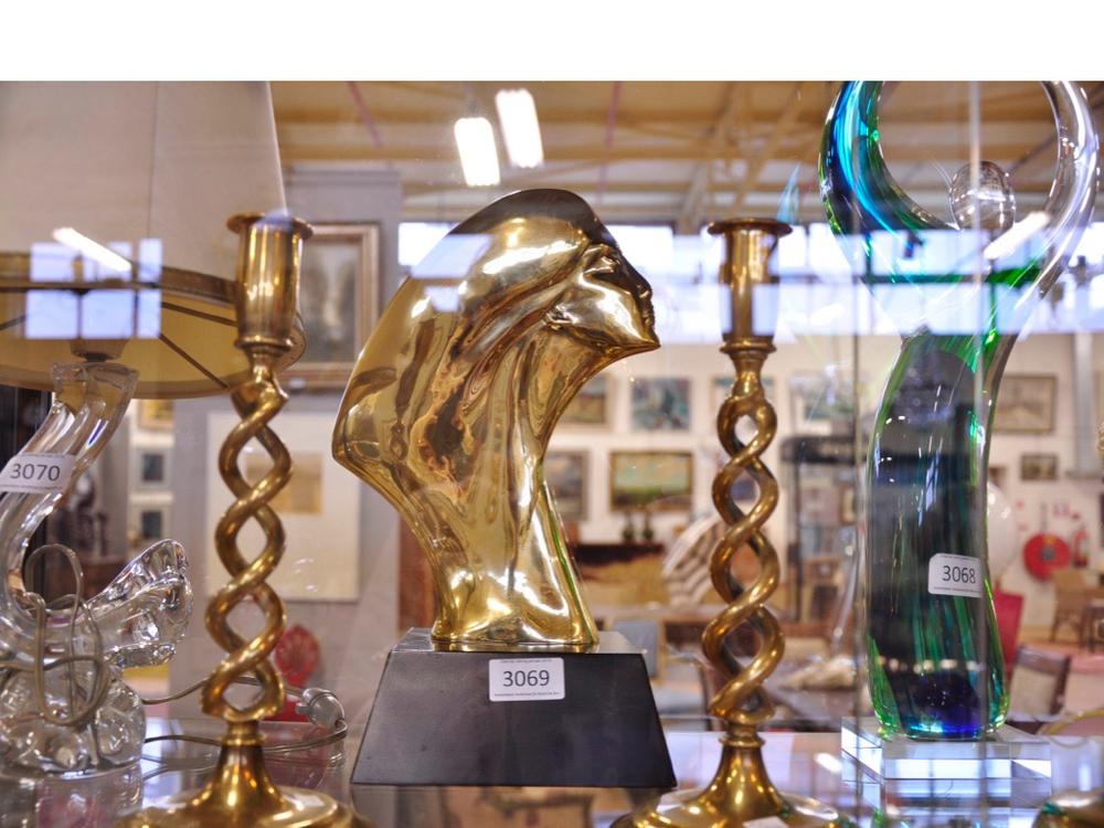 Bronzen sculptuur van vrouw. Àtout prix. 4 bronzen kandelaars. Richtprijs €100-€150,-Glassculptuur. Richtprijs €50-€100,-.