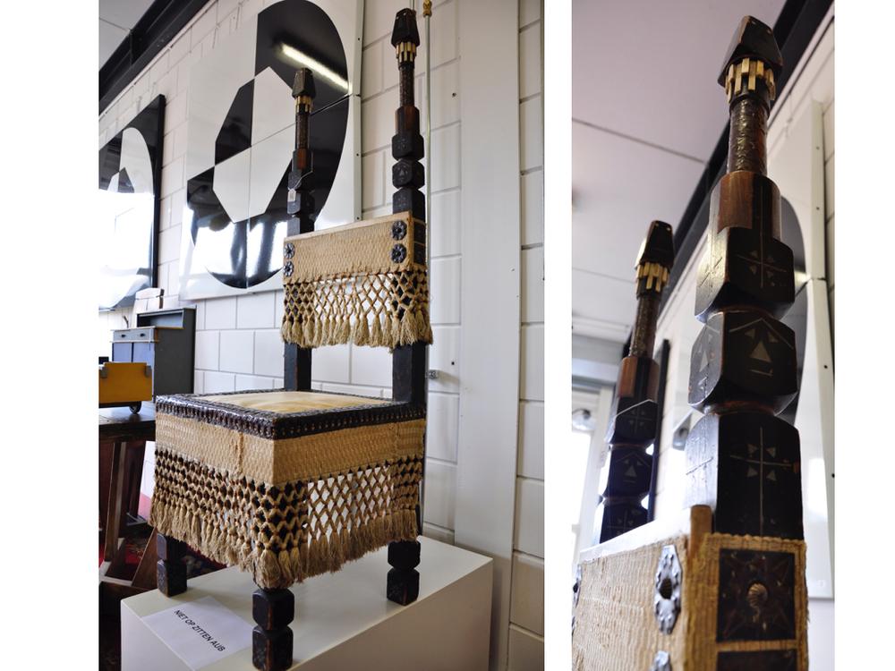 Ge-eboniseerd houten  stoel  met perkamenten zitting met gehamerd koperen rand en originele franje, ontwerp & uitvoering Carlo Bugatti, (vader van déBugatti)(1856 - 1940), Italië 1900.RIchtprijs €3800,- -€4800,-.