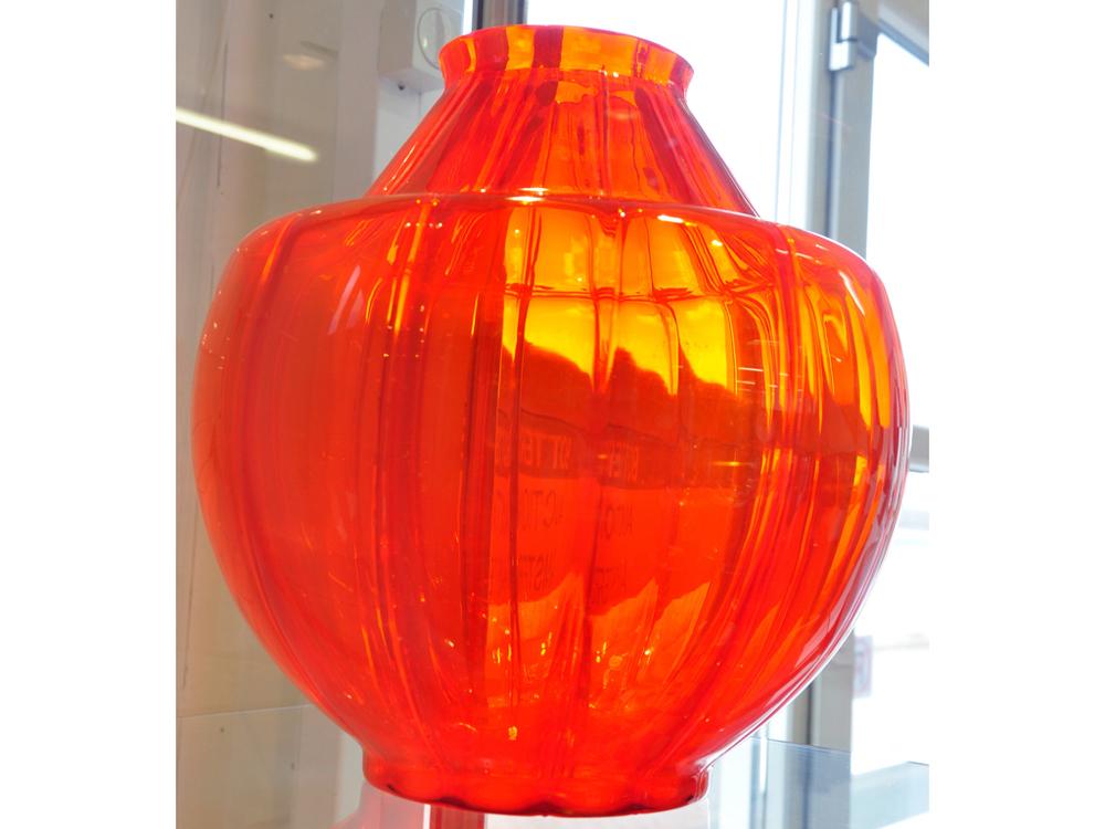 Kapitale oranje glazen  vaas ontwerp  A.D.Copier  1928, uitvoering Glasfabriek Leerdam. RIchtprijs€3600- €4600.