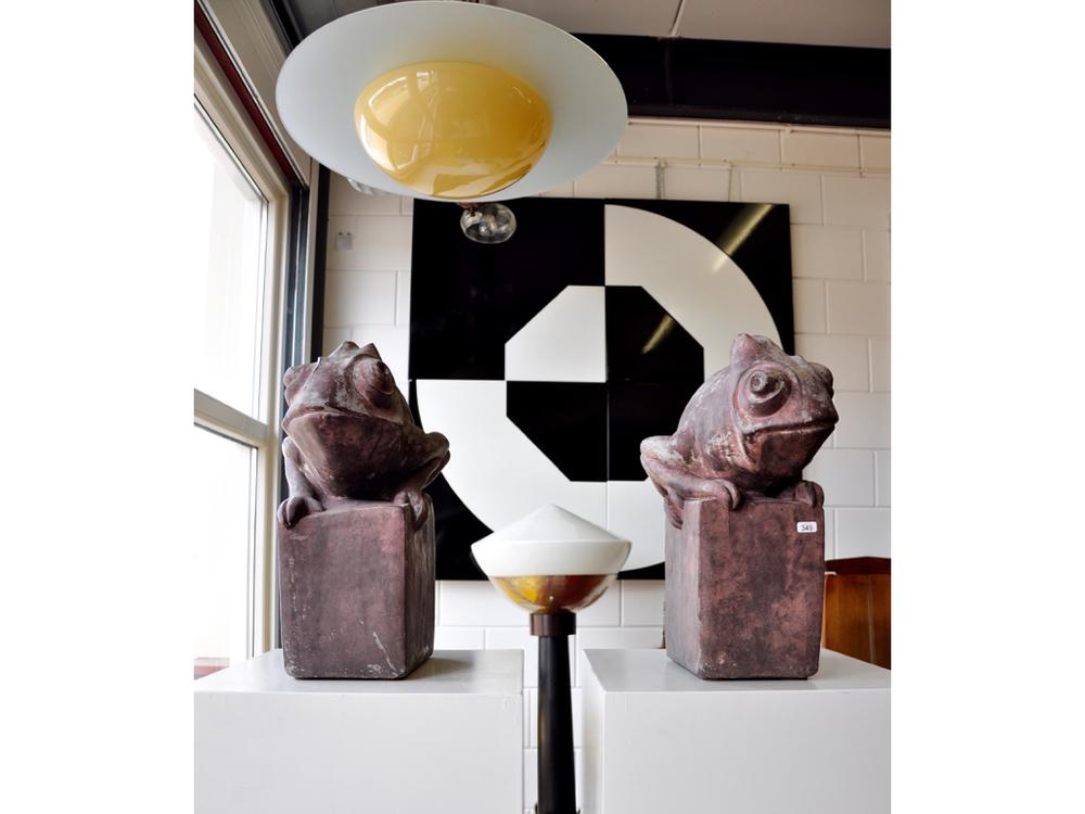 """Gemetaliseerde betonnen Amsterdamse School stijltuinsculpturen (2x) met kameleons.RIchtprijs €1000-€1400. Grote staande Art Deco vloerlampen (2x), gedreven koperen schalen waarin witglazen kap, op houten pilaar met vernikkeld metalen steunen,ca.1925.RIchtprijs €1300-€1600. Cyril Lixenberg (1932 - 2015)- Monumentaal vierluik """"Achthoek en Cirkel-I"""", vier geëmailleerde metalen platen met witte en zwarte vlakken, 1980.RIchtprijs €500-€700. Plafondlamp in de stijl van Gispen, crèmekleurig glazen kap met gesatineerd helderglazen schijf,vernikkeld metalen armatuur,ca.1930.RIchtprijs €200-€300."""