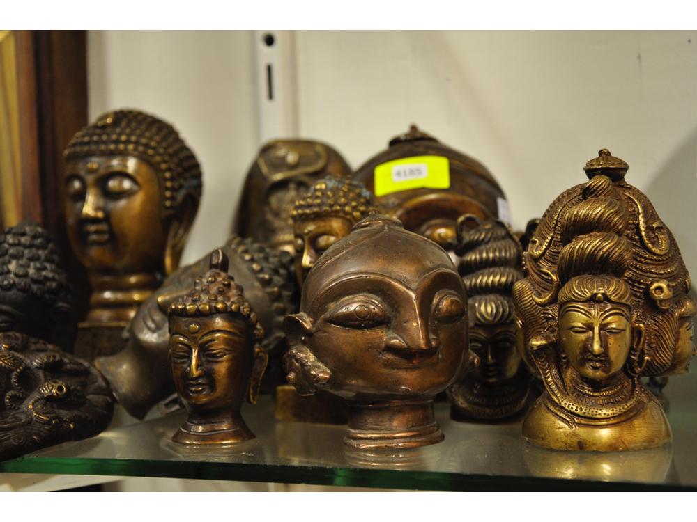 Bronzen en composiet beeldjes, waaronder Boeddhahoofdjes. Richtprijs: € 80-100