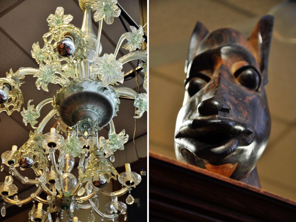 Zeslichts helder glazen Venetiaanse kroonlamp met opstaande- en afhangende glazen bloemen -defecten-, 85 x Ø 70 cm. Richtprijs €80,-—€100,-. Houten beeld, Afrika.Richtprijs:  €30,-—€50,-.