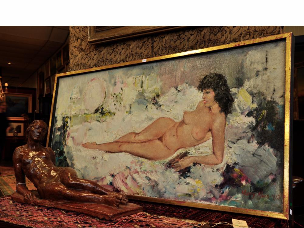 Harry Maas (1906-1982), liggend naakt, olieverf op doek, gesigneerd en gedateerd 1973, 49 x 99 cm.Richtprijs €800,-—€1200,-. Bruin geglazuurd aardewerk beeld: liggend vrouwelijk naakt, jaren '40/'50, 29 x 50 x 15 cm. Richtprijs €150,-—€200,-.