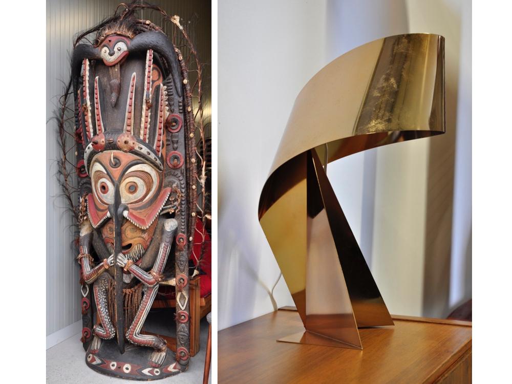 Uniek kunstwerk uit Papoea, ontwerper (nog) onbekend,€ 4250,-. Tafellamp 'Ribbon'groot model van Habitat, € 145,-.