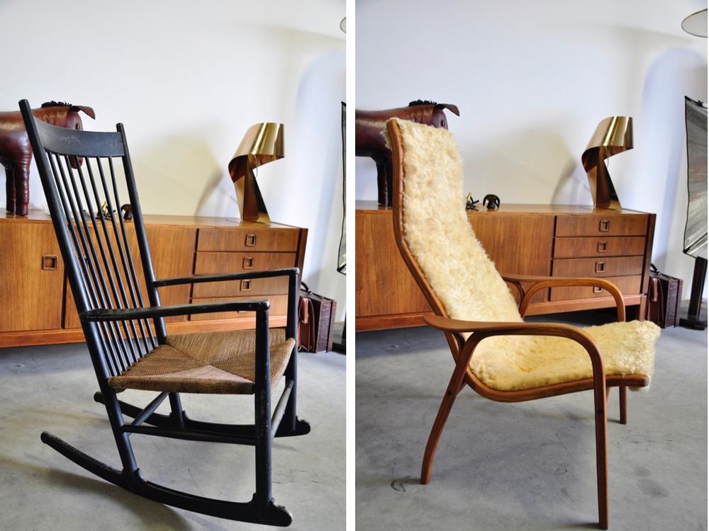 Hans Wegner schommelstoel J16 '40, producent FDB mobler,€ 590,-. EIkenhouten stoel met schapenvacht ontwerp van Yngve Ekstrom Lamino '50,€ 725,-.
