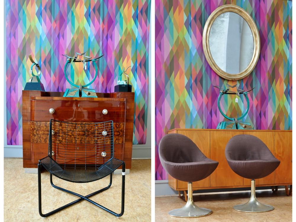 Zwart design draadstoel,richtprijs € 80-120,-. Mahonie met wortelhout Art Deco commode met 3 laden afgezet met verzilverde knoppen, rustend op metalen sloffen,richtprijs € 400-600,-.Drie kunstwerken op commode vervaardigd door Frans en Marja de Boer Lichtveld,richtprijs € 100-150,- per item. Ovale spiegel in goudlak lijst,richtprijs € 100-200,-. Berken Pastoe dressoir ontwerp van Cees Braakman (h80xb154xd48), richtprijs € 400-600,-. Één van vier kuipstoeltjes ontworpen door Borje Johanson '60 met etiket,richtprijs € 300-500,-
