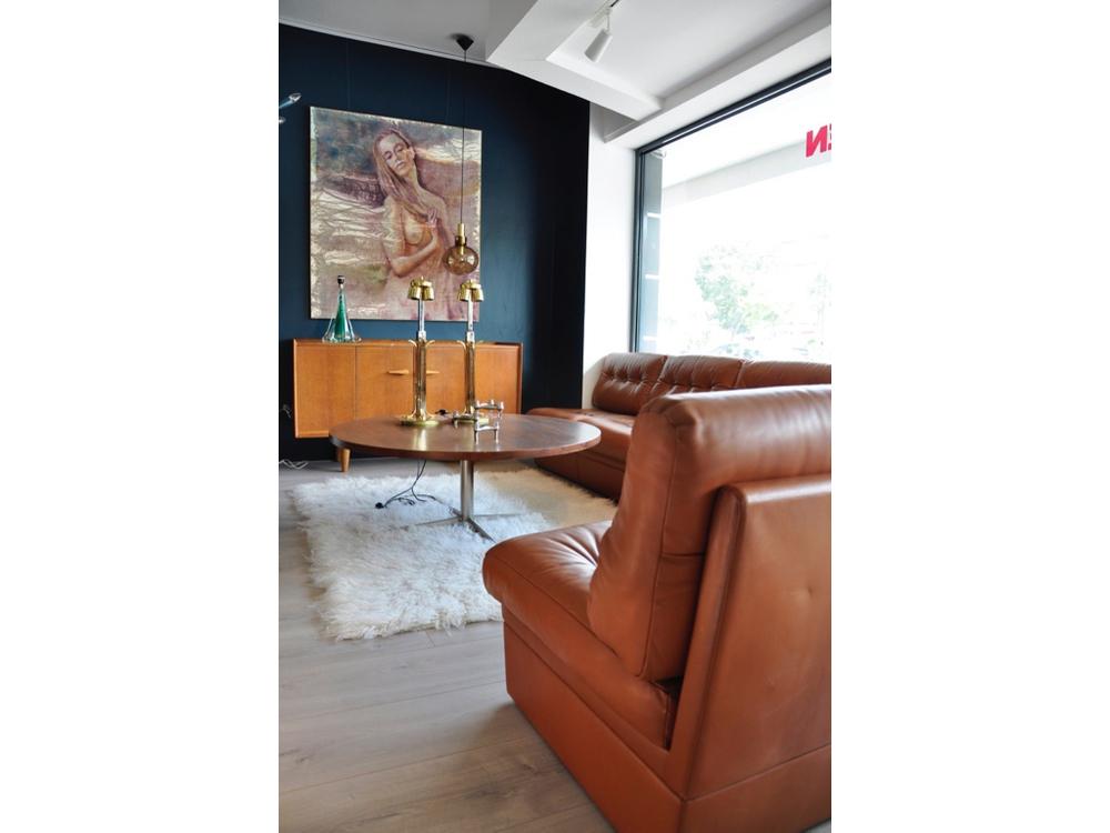 Sectional Sofa van cognacbruin leer € 3500,-. Pastoe dressoir uit de allereerste Pastoe series. In de jaren '50 ontwerpt Cees Braakman in samenwerking met A.A. Patijn voor UMS Pastoe dit Dressoir als onderdeel van de zogenaamde 'Eiken serie',€ 2175,-.
