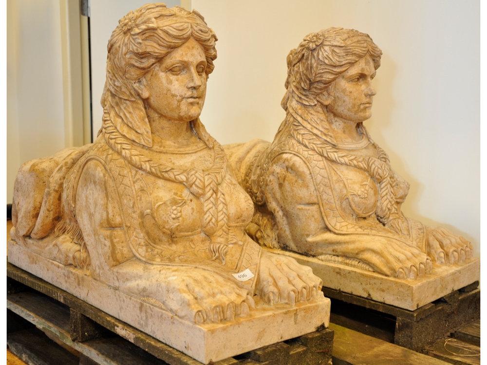 Set natuurstenen sculpturen sfinxen (h59xb90xd30),richtprijs € 1400-1600.