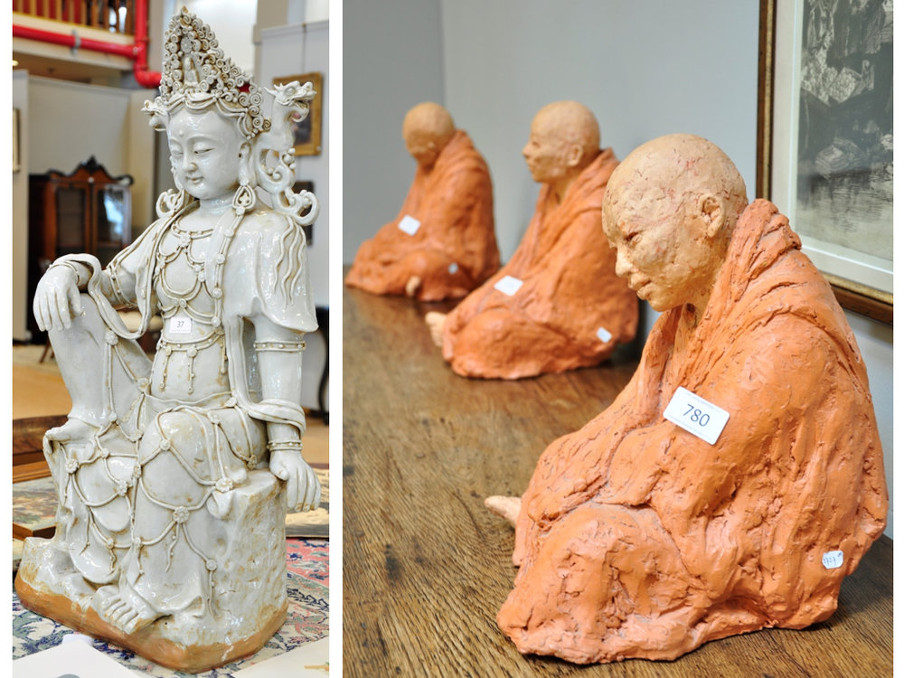 Blanc de Chine Guanyin sculptuur (80 cm),richtprijs € 1400-1600. Drie keramieken boeddhistische monniken (30cm), richtprijs € 500-1000 per stuk.