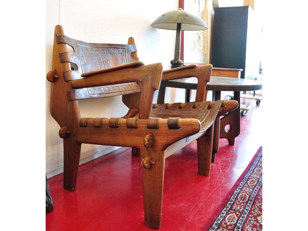Palissander fauteuils (3x) met salontafel, lederen zitting en rugleuning, tafelblad afgewerkt met leder, ontwerp  Angel Pazmino  ca.1960, uitvoering  Meubles de Estilo  / Equador, schatting 600-900.