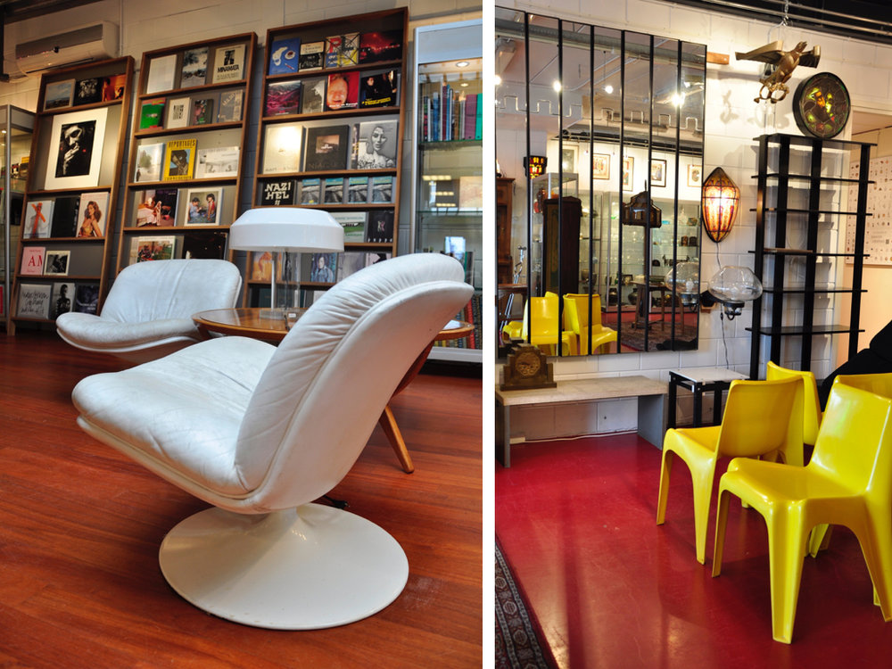"""Twee draaibare  lounge-chairs  (Model  F976/978 ) met gecracqueleerd wit lederen bekleding, elk op wit kunststof voet, ontwerp  Geoffrey D.Harcourt  ca.1970, uitvoering  Artifort , schatting €300-400. Design kapstok- cq. spiegelwand """" Gronda """" bestaande uit 6 perspex panelen bedekt met spiegels, waarvan het bovenste gedeelte naar binnen kan klappen en als kapstop fungeert, ontwerp  Luciano Bertoncini (1939 -)  1971, uitvoering:  Elco  / Italië, waarvan Joe Colombo Art-Director is, schatting €600-800. Een set van vier gele kunststof stapelbare stoelen """" BA 1171 """", de eerste kunststof stoel die geschikt was gemaakt voor massaproduktie, gemaakt van met fiberglas versterkt polyester, ontwerp  Helmut Bätzner  1964, uitgevoerd door  Bofinger  / Duitsland, schatting €300-400"""