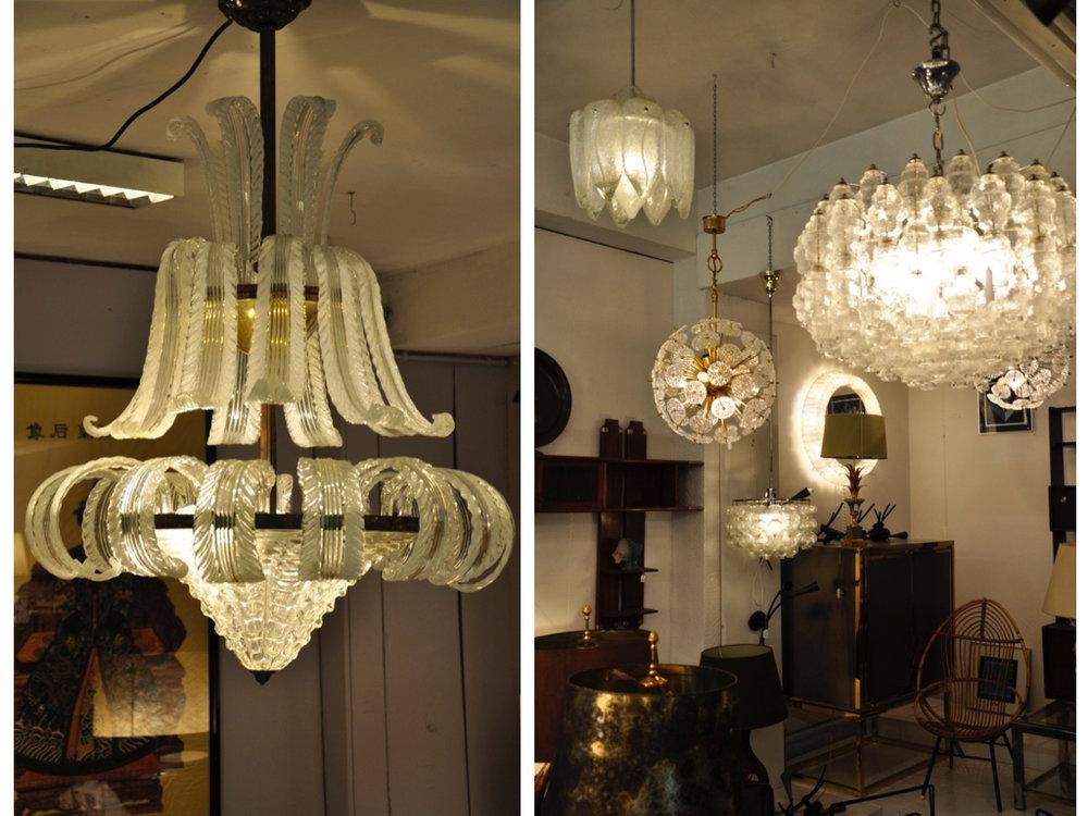 Kroonluchter van Murano glas. Verschillende glazen hanglampen, waaronder de achterste ronde lamp is ontworpen door Emil Stejnar.