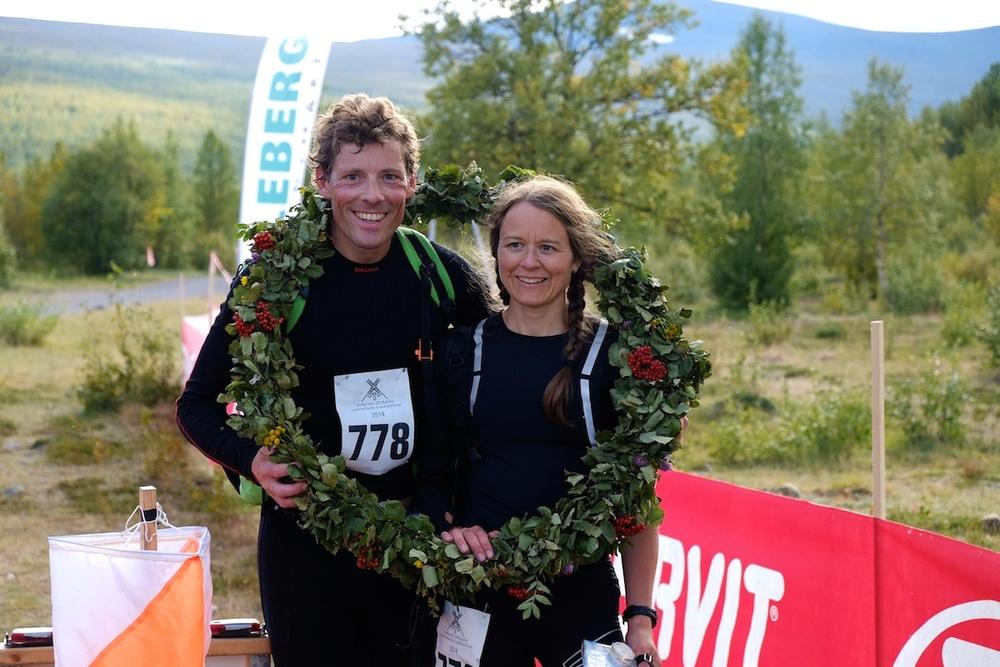 Her har Pernilla og lagkameraten vunnet1. plass i mixed class i løpet Kiruna Extreme Mountain Marathon 2014.
