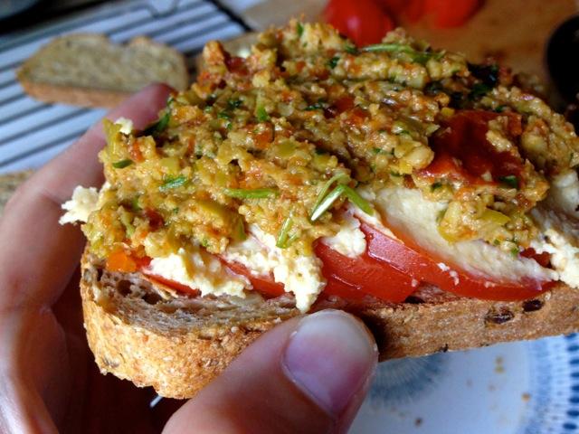 Eksempel på god og næringsrik vegetarmat jeg selv bruker til trening: Grovt brød med tomater, hummus og oliventapenade. I grovt brød er detkorn med mye langsomme karbohydrater og protein, mens frø gir protein og sunt fett. Hummus består av kikerter, som er en god kilde til protein. Tomatene inneholder sunne antioksidanter, mens oliventapenaden også inneholder grønnsaker og sunt fett.