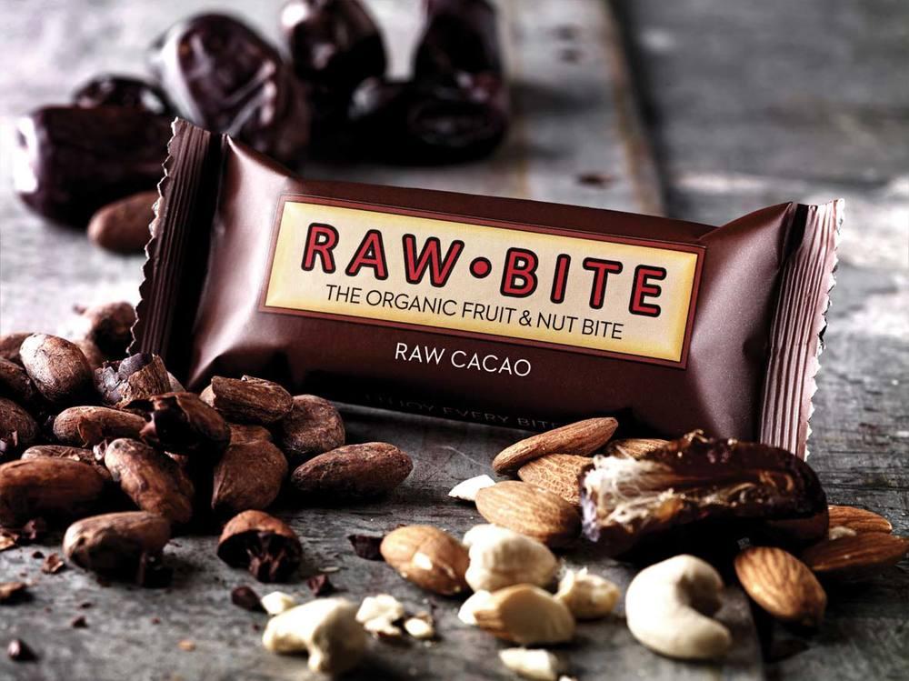 Rawbite raw cacao smaker akkurat som sjokolade. Vidunderlig god og helt vegansk! Den består bare av dadler, cashewnøtter, kakao og mandler. Dessuten inneholder den 10% protein.