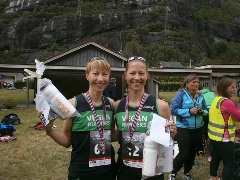 Her er ultraløperne Sara og Mari Nustad Mauland. Veganere begge to, med gode resultater å vise til i blant annet Ultrabirken.