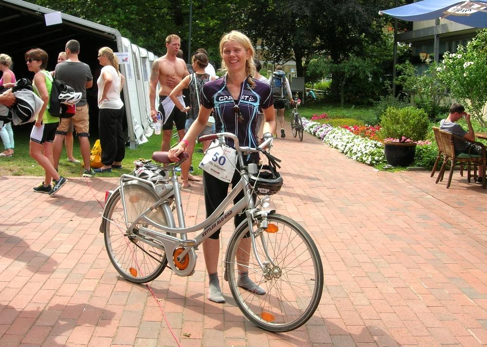 Her står jeg med en  gammel damesykkel i Ostseeman ironmandistanse triatlon  i 2014. Raceren min brøt sammen, og jeg måtte låne denne for å klare å komme meg tilbake til startområdet. Nå er jeg lei av utstyr og satser heller på maraton.