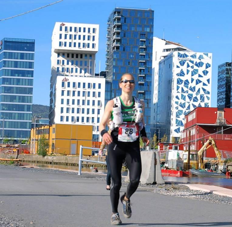 Veganer Mari Nustad Mauland vant Ecotrail 80 km. Her er hun på vei inn i mål. Foto: Sporten.com.