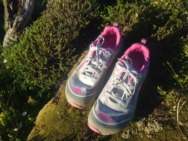 Både for store og for små sko kan skape problemer for føttene når du løper. Vet du hva du bør huske på når du kjøper sko?