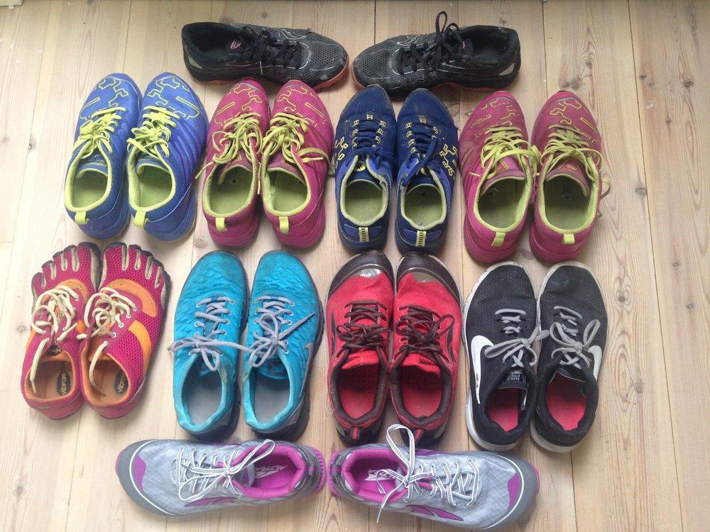 Dette er noen av løpeskoene jeg har pløyd med gjennom de siste årene. Nå er føttene mine blitt for store for flere av dem - jeg skulle ikke ha hamstret for mange sko i samme størrelse og modell!