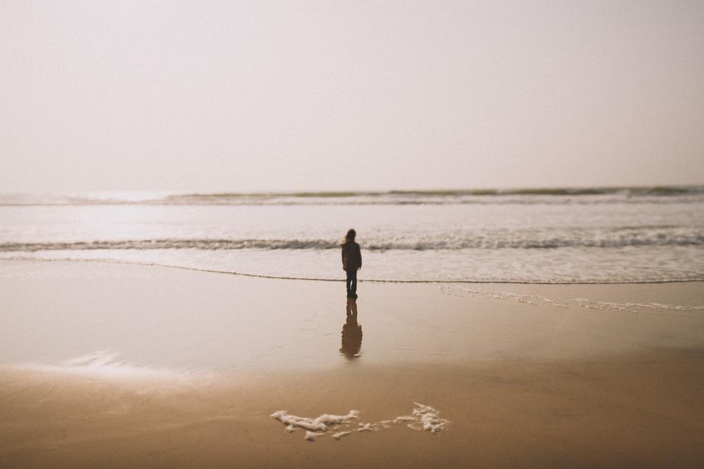 Un enfant admire les vagues de Biscarrosse