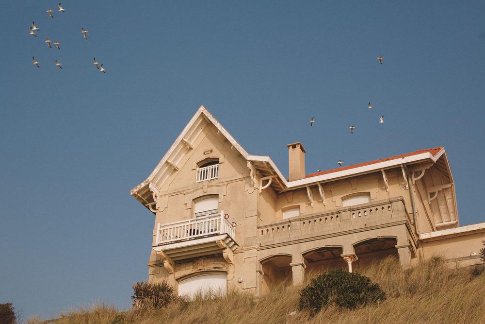 Une magnifique résidence Biscarrossaise au coucher du soleil.