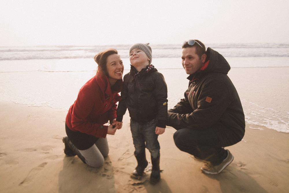 Détente et sourires sur le sable pour cette petite famille.