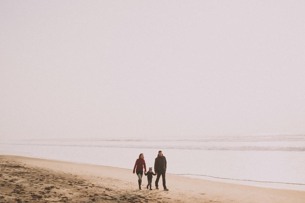 Marche d'un couple et leur fils sur la plage.