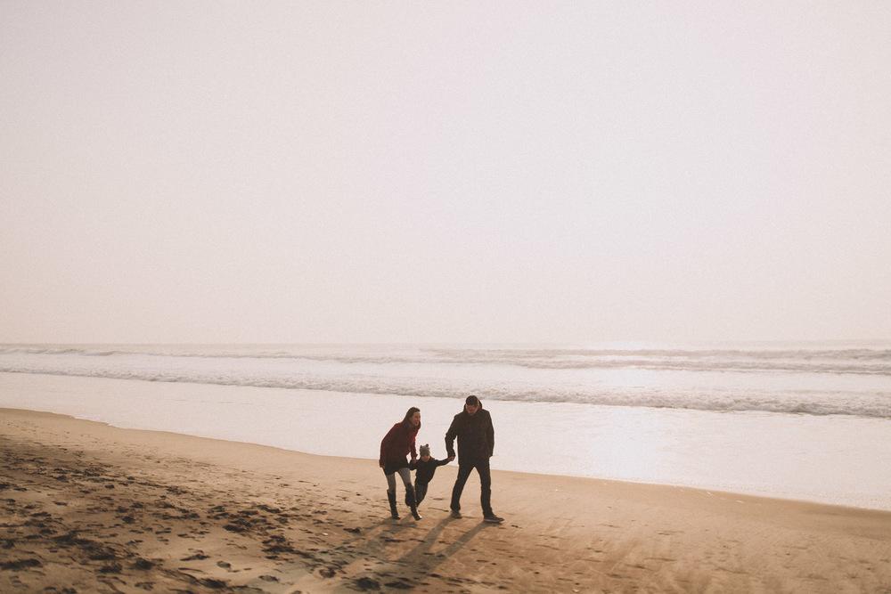 Une famille heureuse sur la plage.