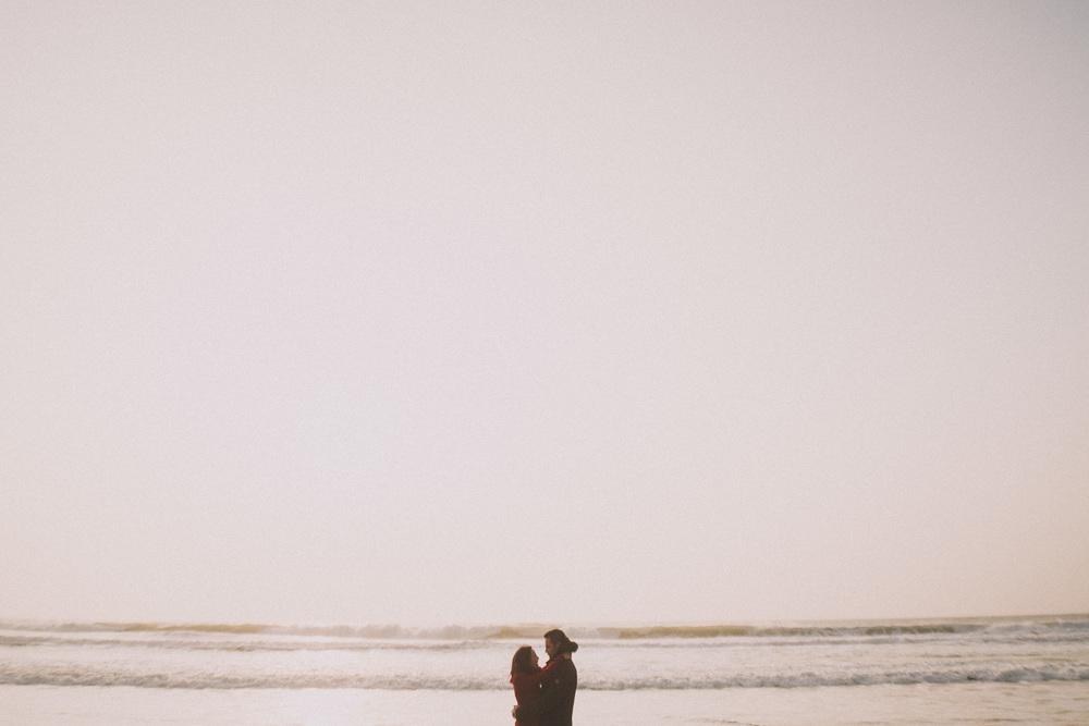 Couple enlacé devant les vagues Biscarrossaises.