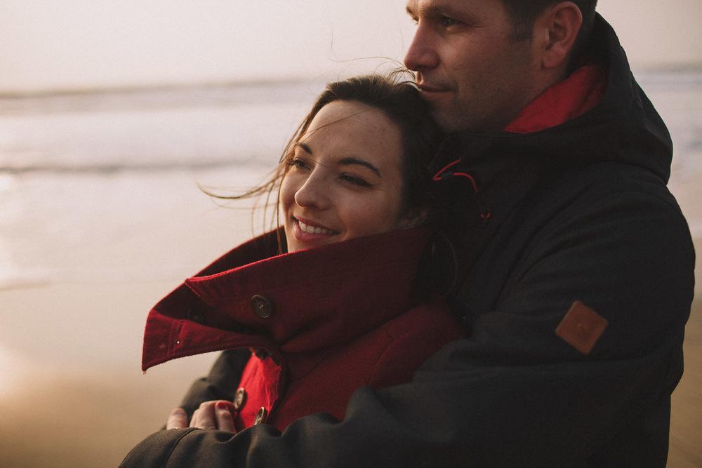 Très beau couple, les regards au loin.
