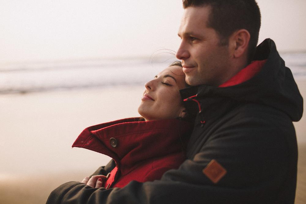 La plage est un excellent endroit pour une séance photo de couple.